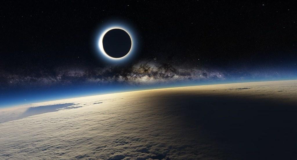 Eclisse solare e Via Lattea dall'ISS